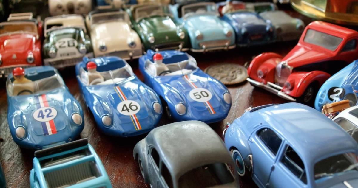 Blauwe en rode speelgoed auto's op een rij